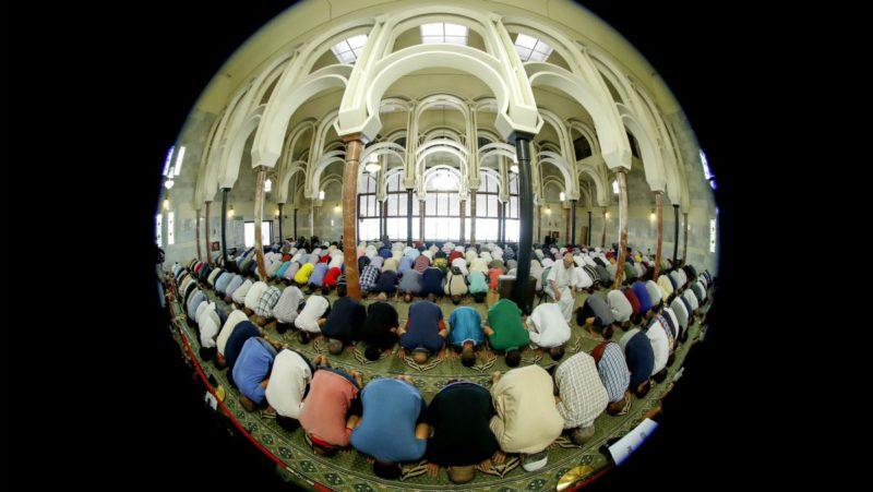 """Musulmanes rezan, hoy viernes, en la mezquita del Centro Islámico de Madrid, la más grande de España, donde el imán Hussam Khoja ha dicho que la comunidad musulmana se une al dolor de los familiares de las víctimas de los atentados de Cataluña y ha negado que las mezquitas sean """"lugares de instrucciones de terroristas"""". EFE/Juan Carlos Hidalgo"""