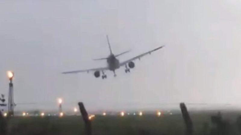 El escalofriante aterrizaje de un avión sacudido por el huracán Ophelia