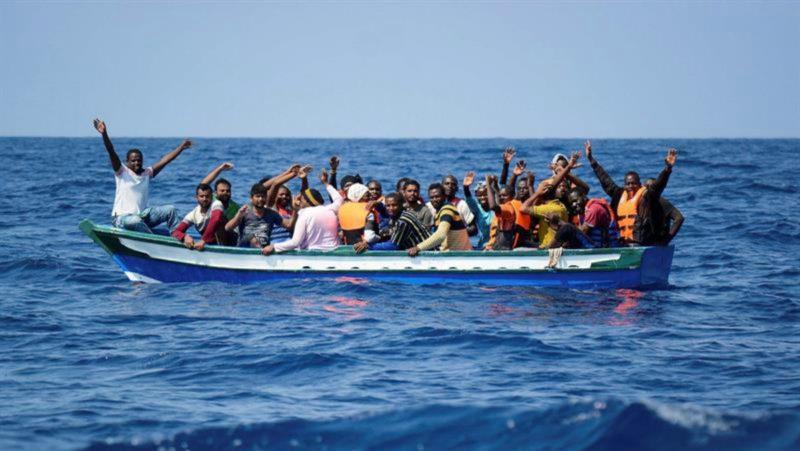 Fotografía cedida por Médicos sin fronteras sobre el rescate en el Mediterráneo de un grupo de inmigrantes.
