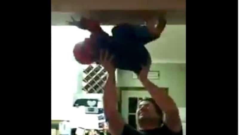 El papá del año… El vídeo viral del pequeño Spiderman casero