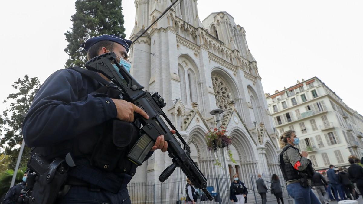 La Policía francesa custodia la catedral de Niza